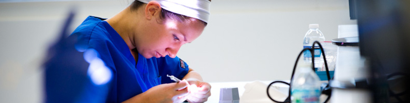 Dental student in Simulation lab
